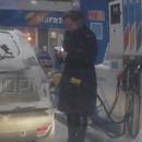 femme-rechauffe-briquet-station-essence