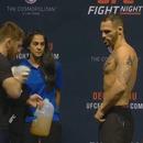 miniature pour Une fille se rince l'oeil lors de la pesée des combattants UFC