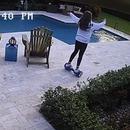 miniature pour Une fille fait tomber son hoverboard dans la piscine