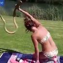 fille-attrape-cobra-cou