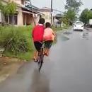 miniature pour 2 enfants sur 1 vélo