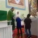 miniature pour Un prêtre qui tire les cheveux