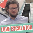 toucher-main-hommes-escalator