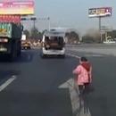 miniature pour Un enfant tombé d'une voiture sur la route (Chine)