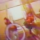 homme-jette-velib-femmes-escalator-paris