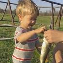 petit-garcon-premier-poisson