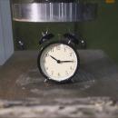 miniature pour Ecraser un réveil avec une presse hydraulique