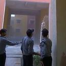 miniature pour Des gardes sécurité tentent d'éteindre un incendie