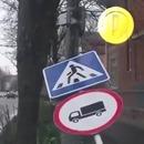 miniature pour Un piéton assommé par un panneau de signalisation