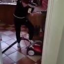 miniature pour Un enfant essaie de démarrer un aspirateur