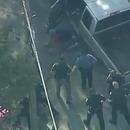 miniature pour Un homme résiste à une arrestation et se fait frapper par 8 policiers