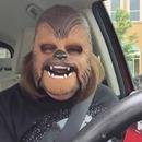 miniature pour Une femme morte de rire avec son masque Chewbacca