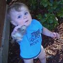 miniature pour Un bébé essaie de manger une grenouille