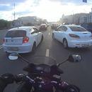 deux-voitures-coupe-route-motard