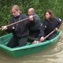 miniature pour La police en barque pendant les inondations