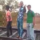 miniature pour Des idiots font les chauds près d'un train en marche