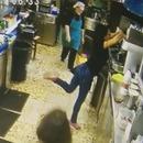 femme-tasse-tombe-reflexe-pied