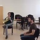 miniature pour Duo de musique avec un cor et une chaise