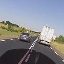 miniature pour Une voiture risque un gros accident en voulant doubler un camion