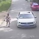 miniature pour Un tigre attaque une femme sortie de sa voiture pendant un Safari