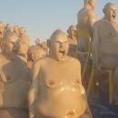 hommes-nus-chaises-mer