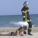 miniature pour Rémi Gaillard en pompier étéint les cigarettes
