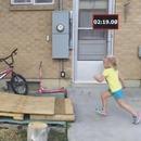 pere-construit-parcours-ninja-warrior-petite-fille