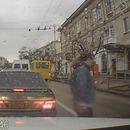 pieton-telephone-renverser-bus