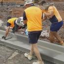 3-personnes-lisser-bordure-ciment
