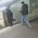 miniature pour Violence gratuite, un homme pousse une femme dans les escaliers