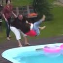 homme-calme-fille-frappe-piscine