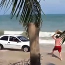 pere-jette-rocher-voiture-roule-plage