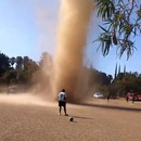 miniature pour Un tourbillon de poussière sur un terrain de football au Guatemala