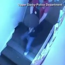 femme-garderie-pousse-enfant-escaliers