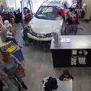 miniature pour Un enfant presque écrasé par une voiture qui fonce dans un magasin