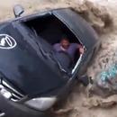 miniature pour Un homme renversé avec sa voiture par une rivière en crue
