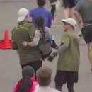 deux-hommes-aider-femme-finir-marathon