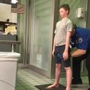 miniature pour Une fouille au corps exagérée d'un enfant à l'aéroport