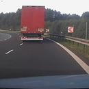 camion-coupe-route-voiture-casse-retroviseur