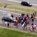 miniature pour Une voiture écrase des manifestants qui bloquent l'autoroute