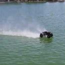 miniature pour Une voiture RC qui roule sur l'eau