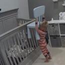 miniature pour Un enfant aide son petit frère à sortir de son lit de bébé