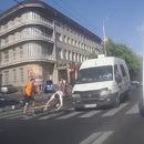 miniature pour Un cycliste coupe le passage à un piéton et manque de se faire écraser