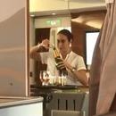 miniature pour Une hôtesse d'Emirates Airlines reverse le champagne dans la bouteille