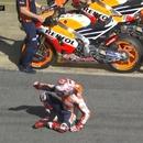 miniature pour Un motard trébuche et tombe en voulant changer de moto