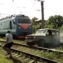 train-pulverise-voiture-coincee-voie-ferree