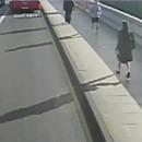 miniature pour Un joggeur pousse une femme devant le bus