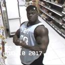 bodybuildeur-admire-camera-surveillance
