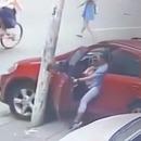 miniature pour Une femme utilise son pied pour arrêter sa voiture