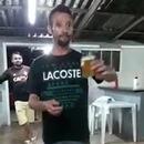 miniature pour Il fait un salto avec un verre de bière dans la main